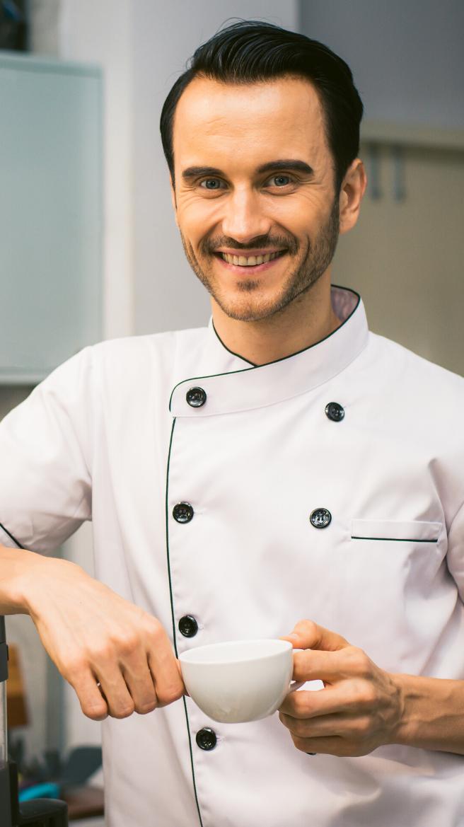 Photographie d'un jeune homme en tenue de travail (ici boulanger).