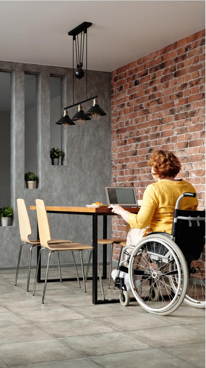Photographie d'une femme en situation de handicape travaillant sur un ordinateur.