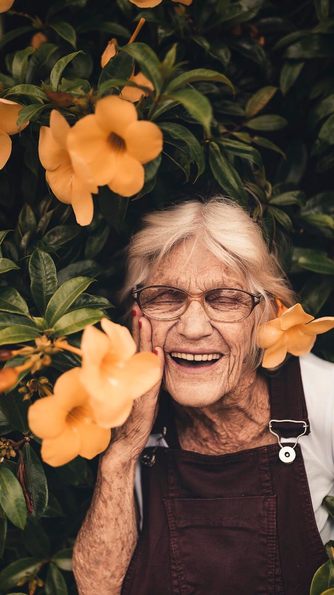 Photographie d'une femme retraitée.